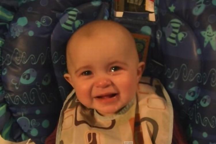 感動で涙!?ママの歌声に涙を流す赤ちゃん【動画】