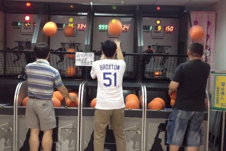 【神業】ゲームセンターのバスケでひとりだけレベルが違いすぎる人がいた!
