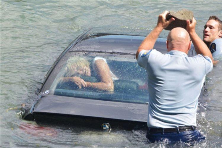 コンマ1秒の判断を迫られる!浸水する車、開かないドア、取り残された女性を救った警官のとっさの判断とは