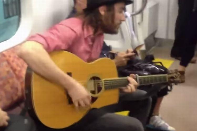 【中央線】台風で止まった電車内の空気をギター一本で一変させる外国人が素敵!