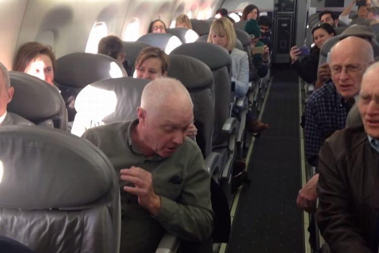 【溢れる笑顔】出発が遅れた飛行機内でおじいちゃん達がアカペラを披露!