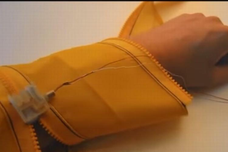 """世界初!ジッパーを自動で開閉してくれるロボ""""Zipperbot""""で未来のファッションが変わる!?"""