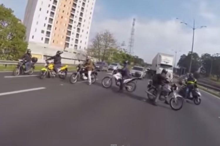 バイクの集団が高速道路を封鎖!?いや彼らは小さな命を救うヒーローだった