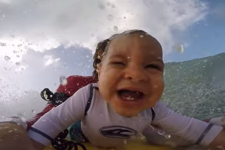 9ヶ月の赤ちゃんがボディボードでとっても楽しそうにチューブライディング