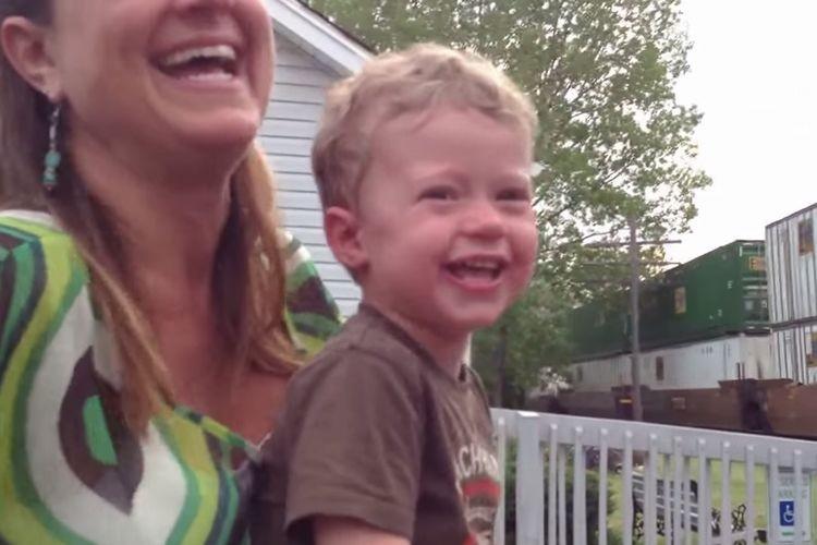 「パパ、カッコいい!」初めて見た列車を運転している姿に息子感激!