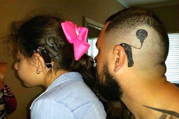 SNSで拡散された補聴器のタトゥーを入れたお父さんが話題に!!