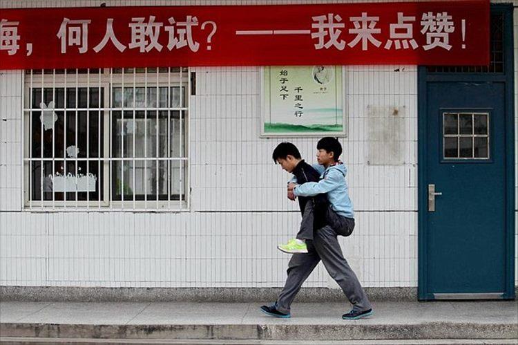 【僕が君の足になる】難病で歩けない親友を、3年間も背負い続けた中国の高校生