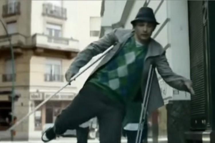 松葉杖を使う軽やかなダンスに圧倒!障害を乗り越え、前向きに生きる姿がかっこいい。