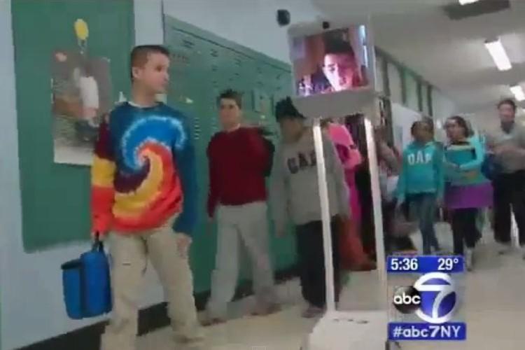 ロボットは学校一の人気者。病気の少年はいつも通り授業を受け、同級生とランチする