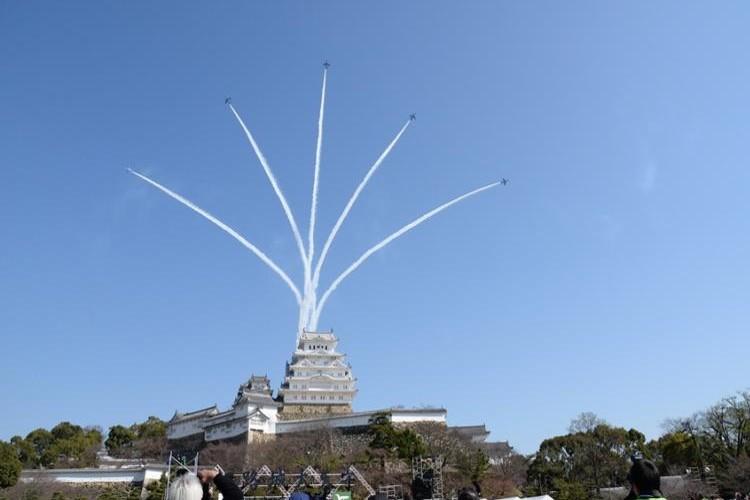 お見事!姫路城に駆けつけたブルーインパルスの妙技に大歓声!