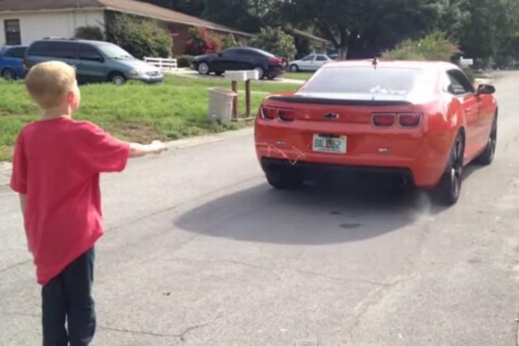 【衝撃映像】「父ちゃん、乳歯を抜きたいからカマロを走らせて!」→その結果...