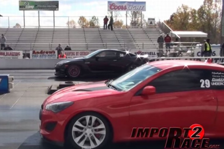 日産・GT-Rが2秒のハンデ付きでヒュンダイ・ジェネシスと勝負した結果...