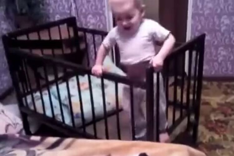 どうしてもベビーベッドから逃げ出したい赤ちゃん。まさかの脱出方法にあっぱれ!