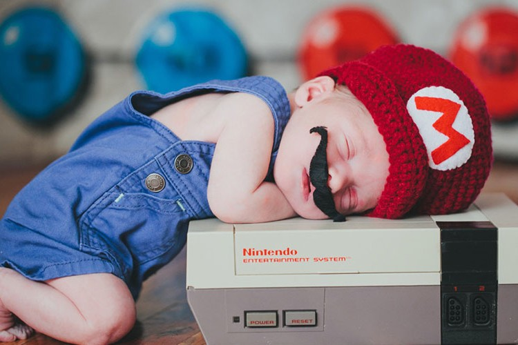 こんな赤ちゃんコスプレはいかが?寝ている間にSF映画やアニメの世界へ