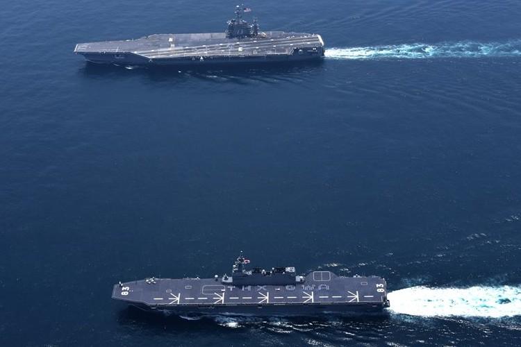 空母「ジョージワシントン」離日、米軍と海自が共に人文字でお別れ