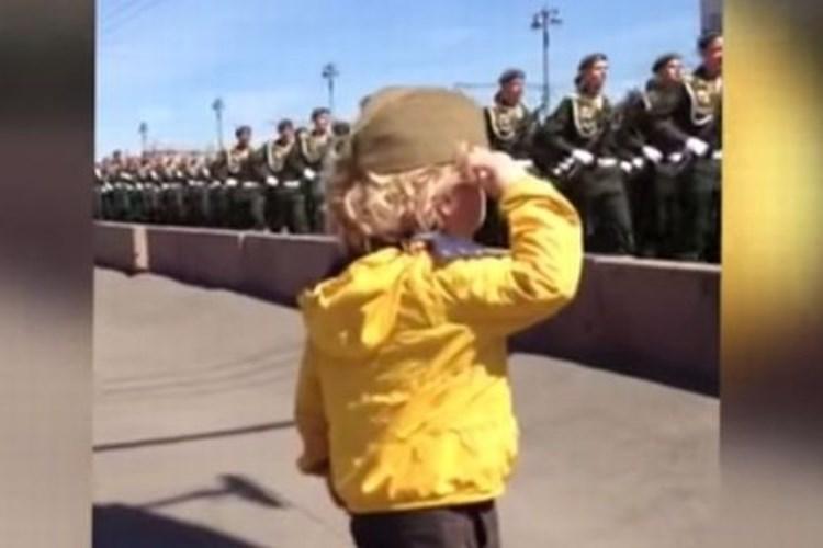 【ロシア軍】敬礼する幼い子供に勇ましい兵士たちがとった行動とは?