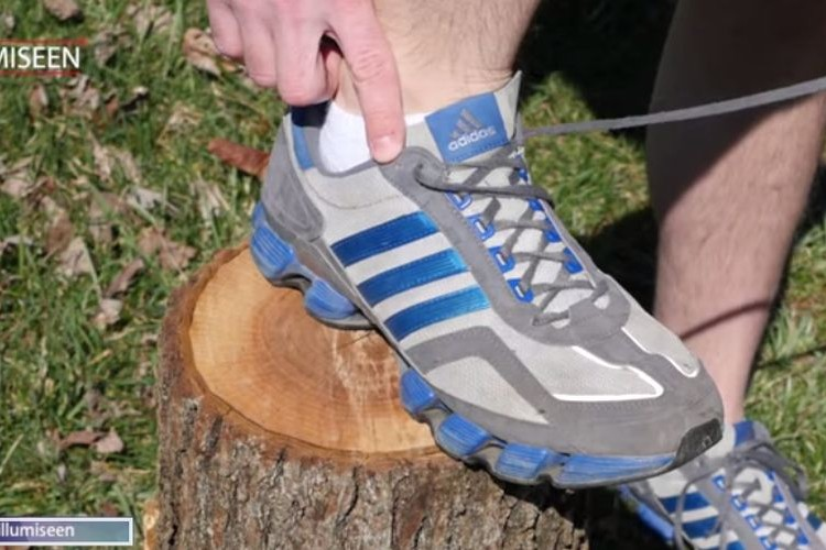 これでスニーカーの靴擦れはもうしない!普段使わないここの穴の使い方!