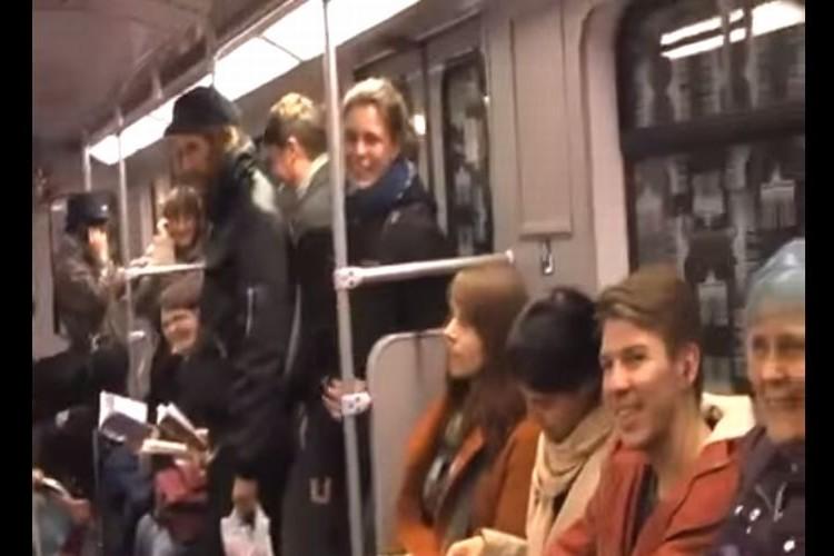 【おもしろ動画】笑いは伝染する!ひとりの女性から電車内が笑いの渦に