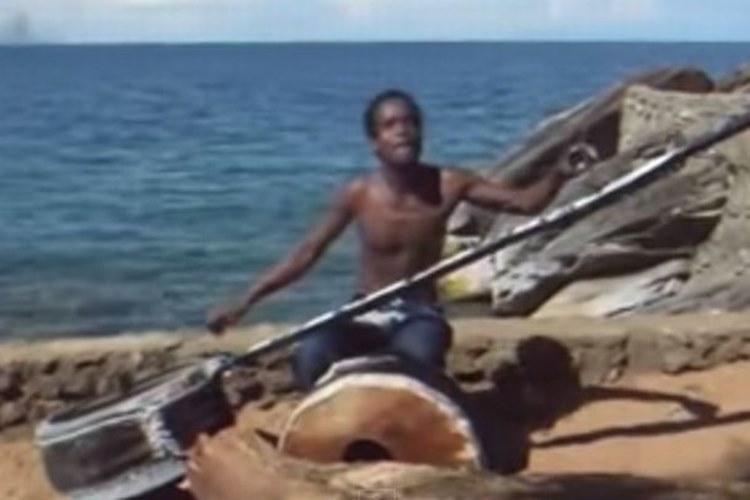 【心に響く音楽】演奏する楽器の名前は知らないけど、聞き入っちゃうアフリカのミュージシャンの動画