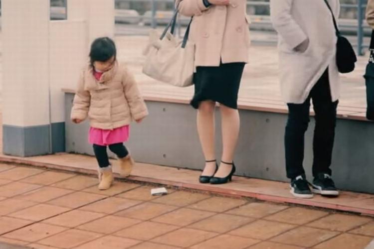 【実験】いいことできるかな?子供の前に見知らぬ大人が財布を落としたら?