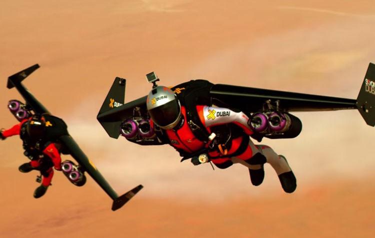 これは凄い!!飛行機を背負ってドバイの空を時速300キロで飛ぶフライングマン