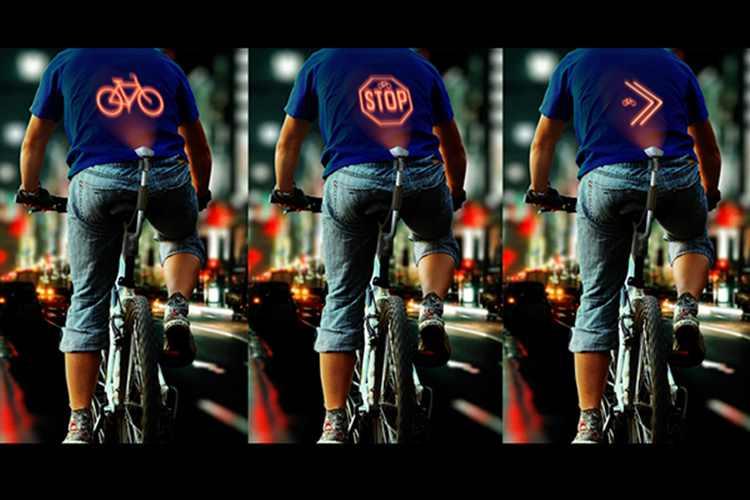 夜自転車に乗る人へ、背中にウィンカーを投影させる画期的なアイディア