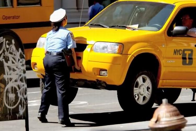 """えっ!?駐車違反の車を持ち上げる""""怪力の婦人警官""""が話題に!"""