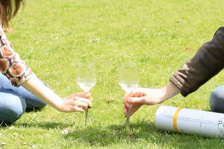 """アウトドアに最適!""""地面に刺すワイングラス""""が斬新と話題!"""