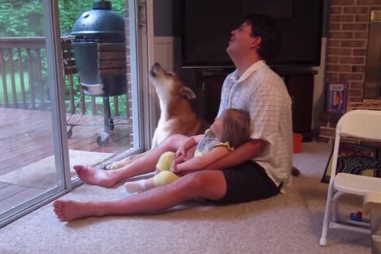 小さな女の子とパパが飼い犬に「ワオーン」を教えるほのぼの動画