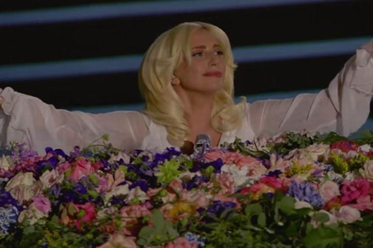 真っ白なレディ・ガガの歌う「イマジン」が美しすぎて観客騒然