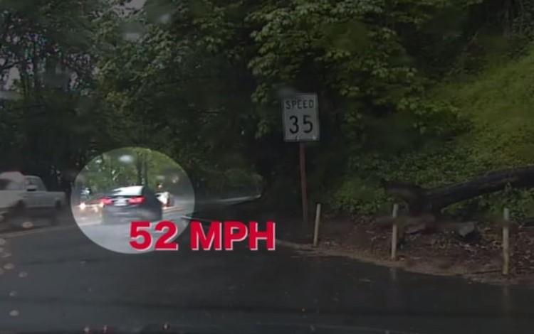 スピード違反の車を追うパトカーが突然、追跡をやめた理由とは