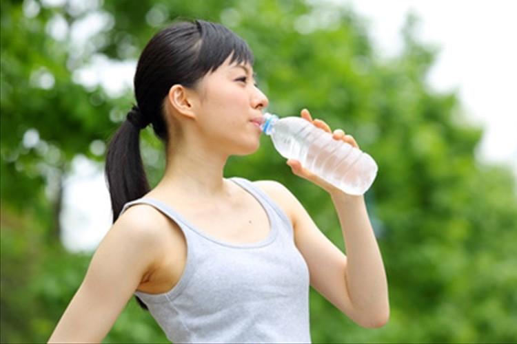 飲みかけのペットボトルで細菌が増殖!食中毒の危険も!