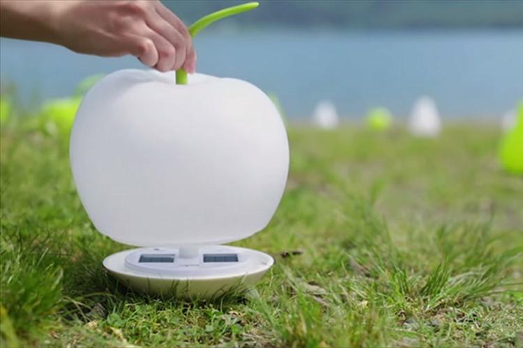 やさしい光で包みこむ。どこにでも持っていけるりんごの形をしたランプが便利♪