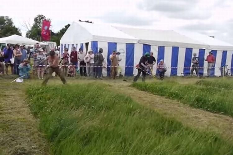 どっちが早く刈れる?電動草刈機 vs ワイルドな大鎌の勝負が圧倒的だった!