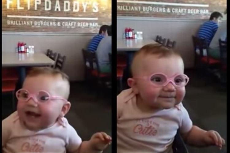 メガネをかけて初めてパパとママの顔をはっきりと見た赤ちゃんの素敵な笑顔