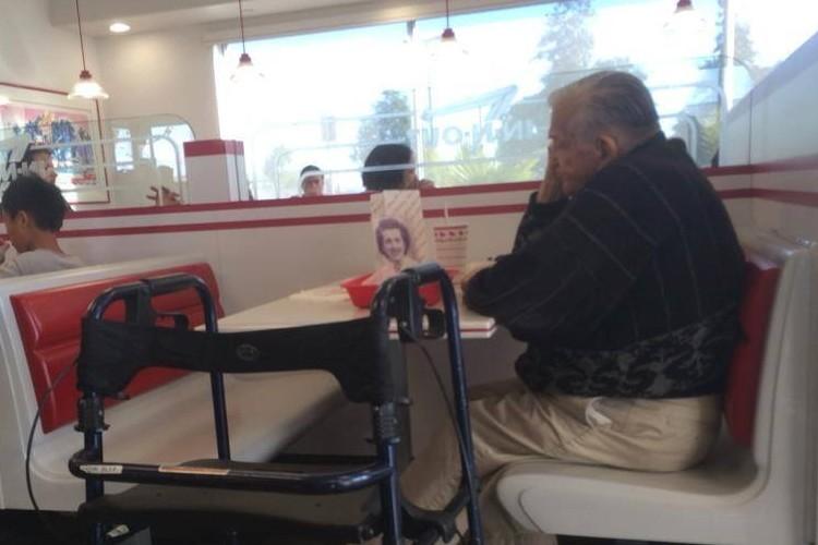 天国にいる妻と一緒に、ハンバーガーショップに5年間通う男性の話