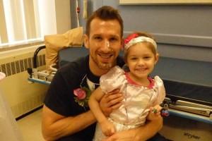 白血病を患う4才の女の子が、恋する看護師と即席の結婚式