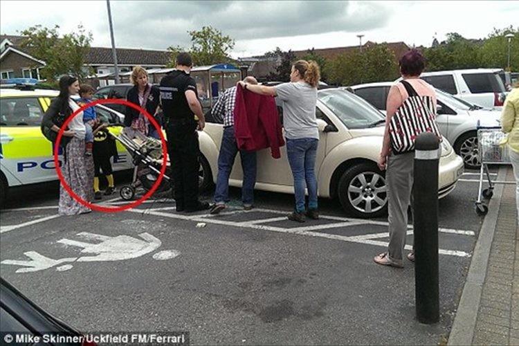 """お手柄!""""5歳のバットマン""""が車に閉じ込められた赤ちゃんを救う"""