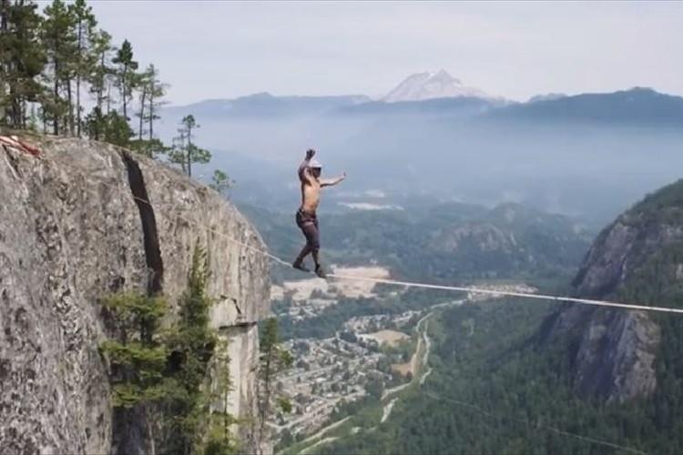 """緊迫感がハンパない!!""""何も身に付けずに""""断崖絶壁のロープを渡る男!"""