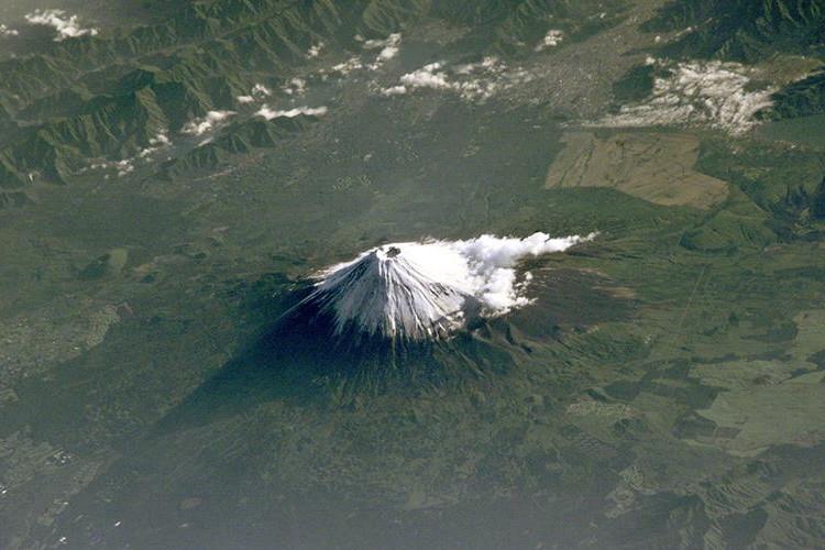 宇宙から撮影された「富士山」が、あまりにも美しいと海外で話題に!