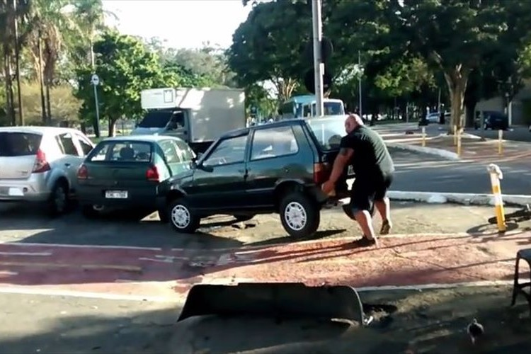 迷惑駐車のクルマを怪力で退けた男…突然のヒーロー出現に拍手喝采!
