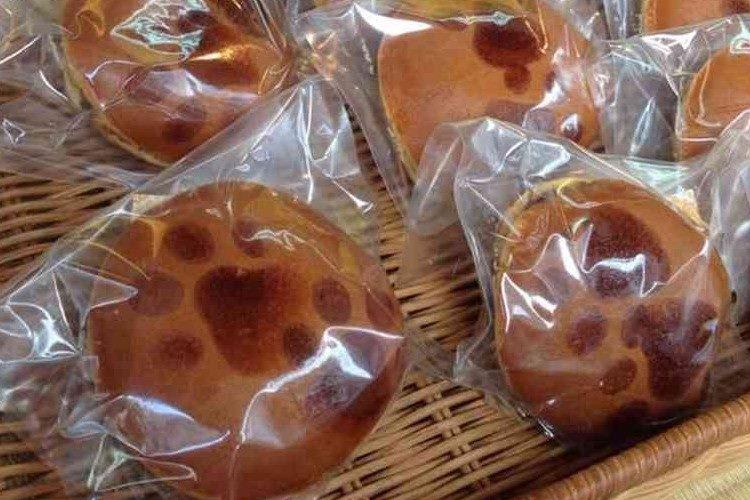 どら焼きに猫の足跡が!毎月29日販売の「肉球どら焼き」が大人気!