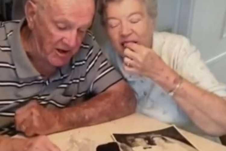 """""""60年前の結婚式のウェディングケーキ""""を""""60年間毎年食べ続ける""""夫婦が話題に"""