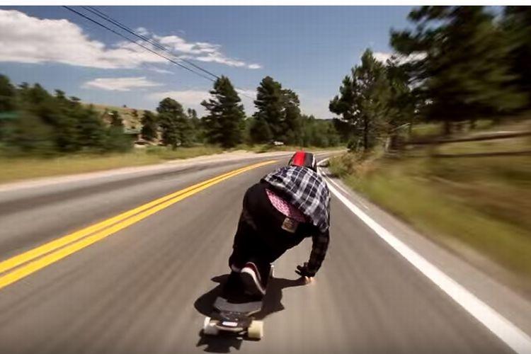 時速112キロで車道をぶっ飛ばすスケーターがカッコイイ!けど、怖い。。。