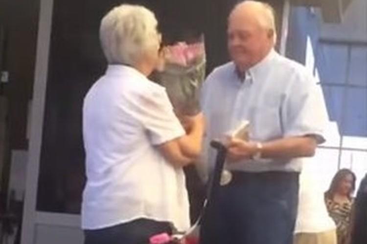 こんな夫婦になりたいな。花束を持って心待ちにするおじいさんが愛の抱擁