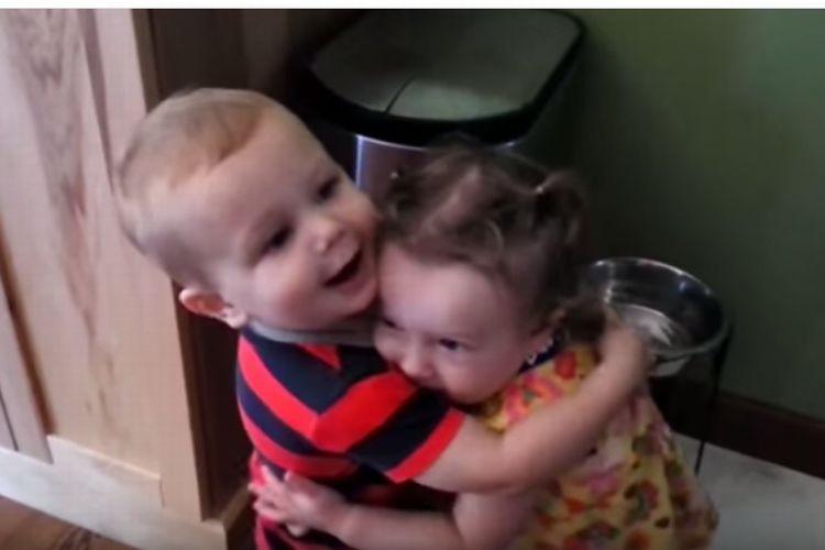 幼い男の子が女の子とはじめてのハグ!嬉しさのあまりはしゃぎ過ぎた結果...