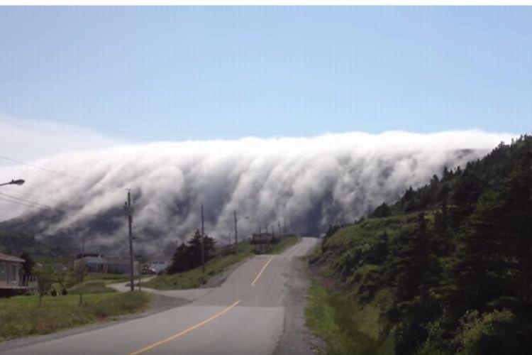 山を飲み込む巨大な霧の波!恐怖を感じるほど美しい