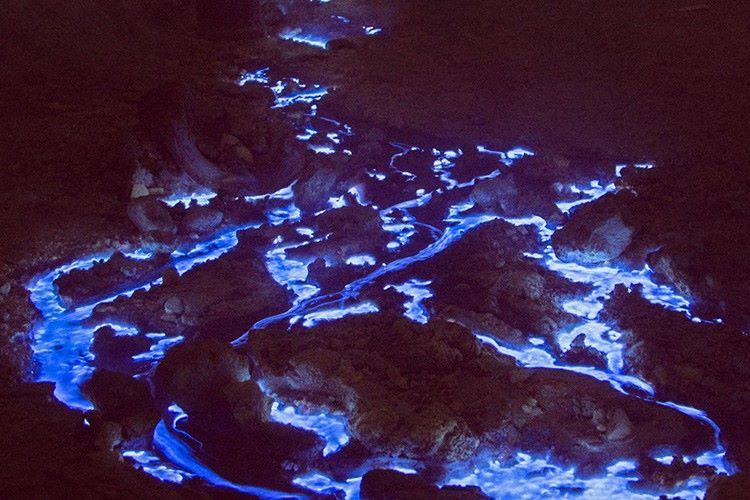 【世界でも稀】インドネシアの火山で見られる「ブルーファイア」現象が幻想的!