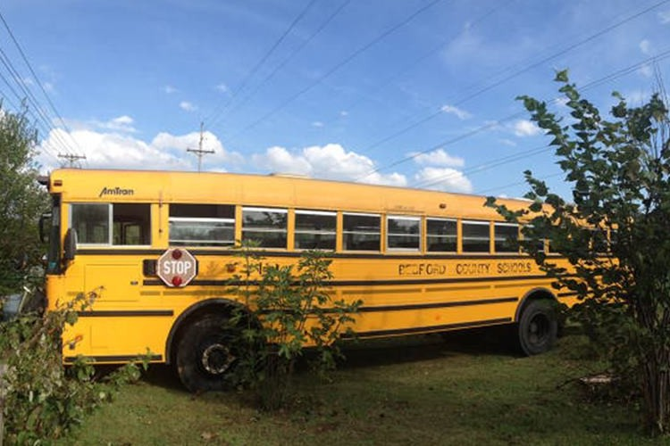 """""""中古のスクールバスを大改造して作ったキャンピングカー""""が素敵すぎる!"""