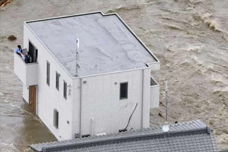 """堤防決壊による水害時""""激流にも流されなかった白い家""""が命を守ったと話題に"""